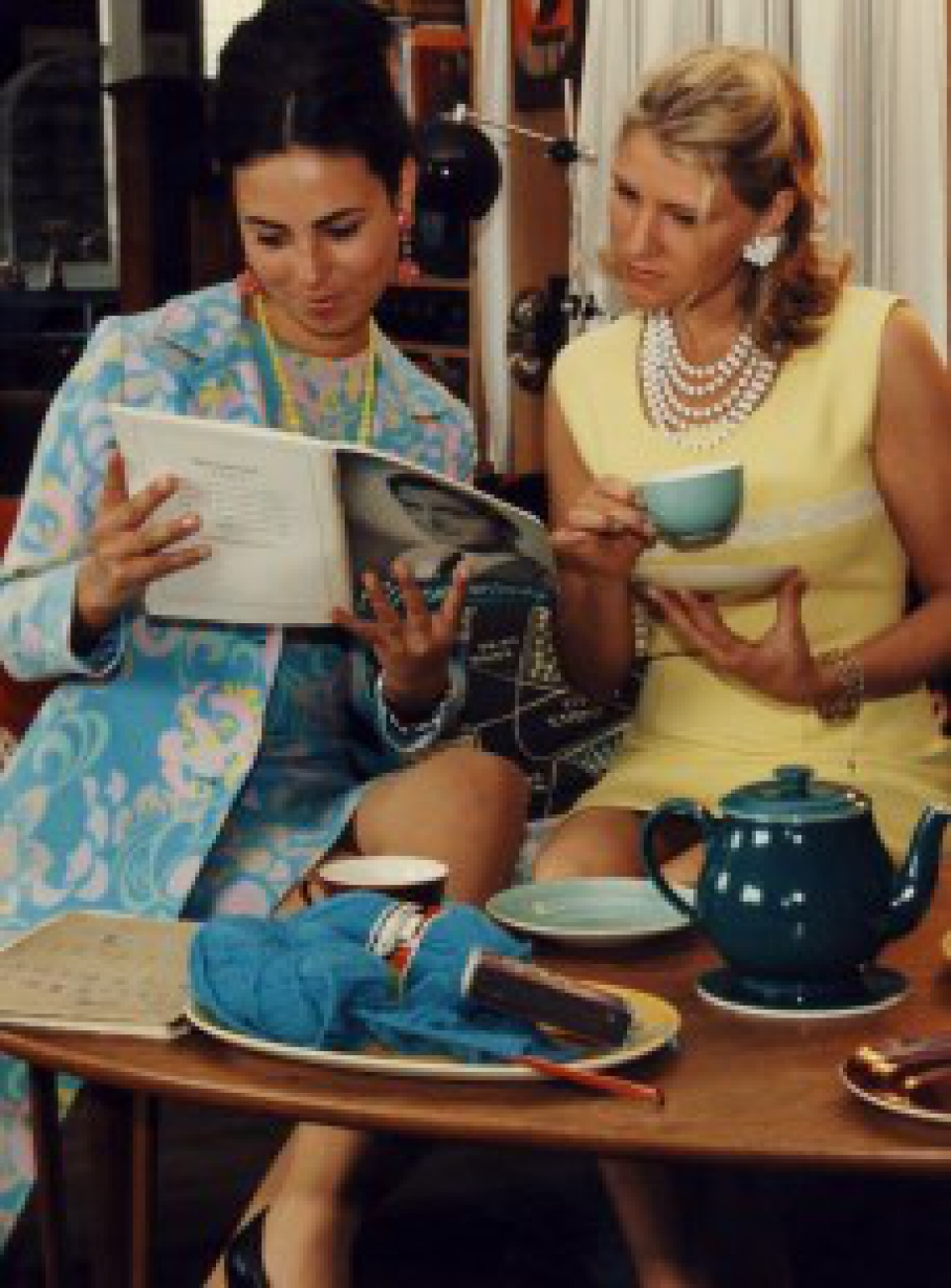 1960'er mode, stillethæle, stilletter, opsat hår, vintage kjoler