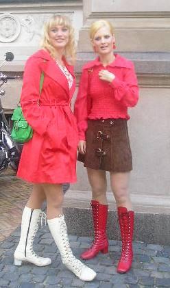 1970'er mode, disco, lakstøvler, plateau sko, hot pants, ruskindsnederdel, miniskirt, lårkort