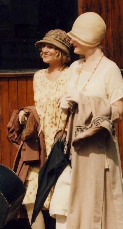 1920'er mode, de brølende 20'ere, klokkehat, la Gaconne, drengepigen, lave taljer